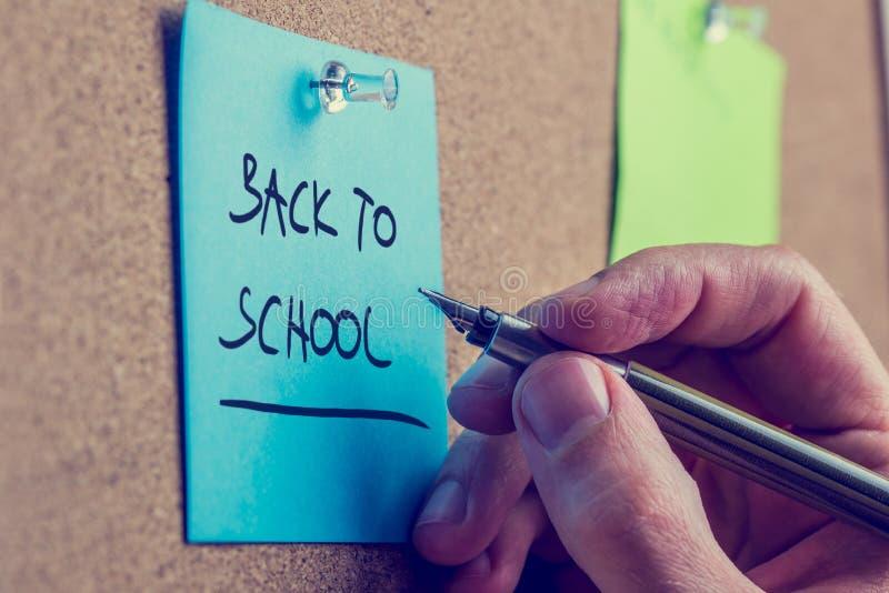 Άτομο που γράφει ένα υπόμνημα - πίσω στο σχολείο στοκ εικόνες