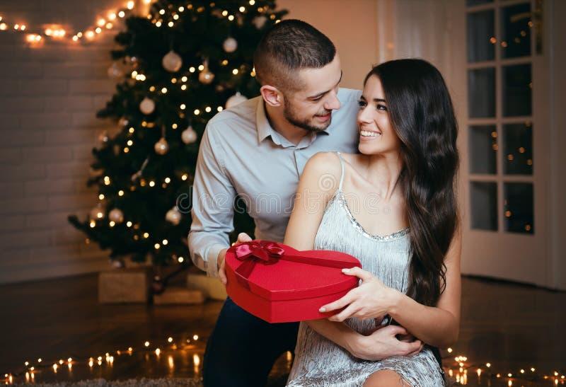 Άτομο που δίνει ένα χριστουγεννιάτικο δώρο στη φίλη του στοκ φωτογραφία με δικαίωμα ελεύθερης χρήσης