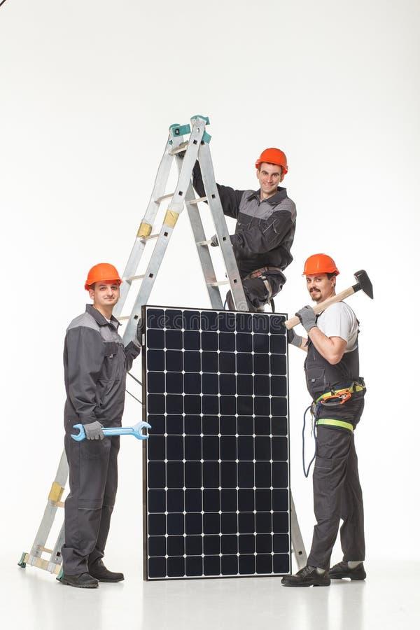 Άτομο που εγκαθιστά τα ηλιακά πλαίσια στοκ φωτογραφία