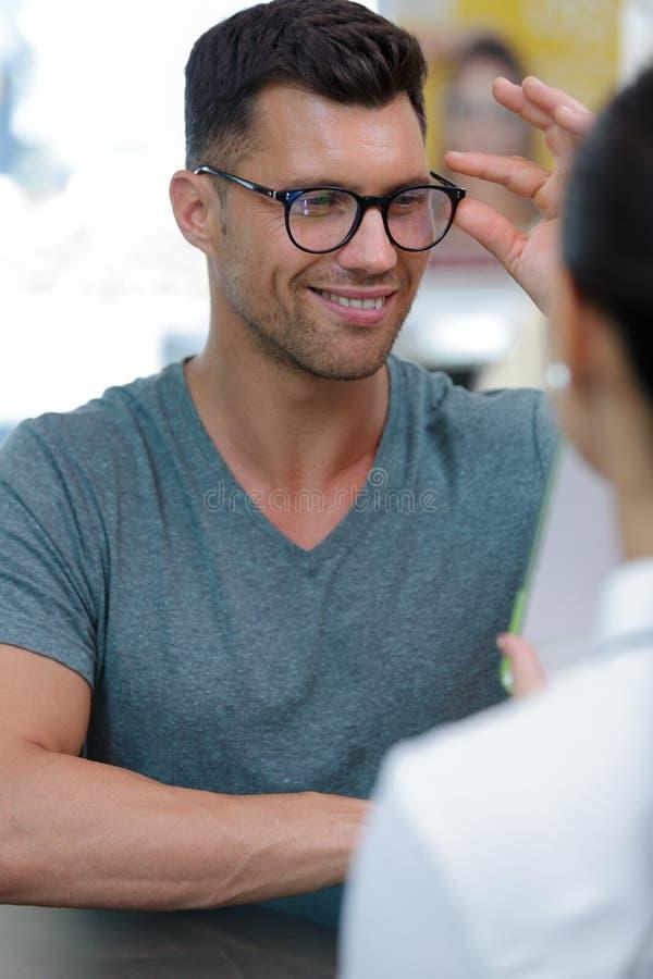 Άτομο που εγκαθιστά τα οπτικά γυαλιά στοκ εικόνα με δικαίωμα ελεύθερης χρήσης
