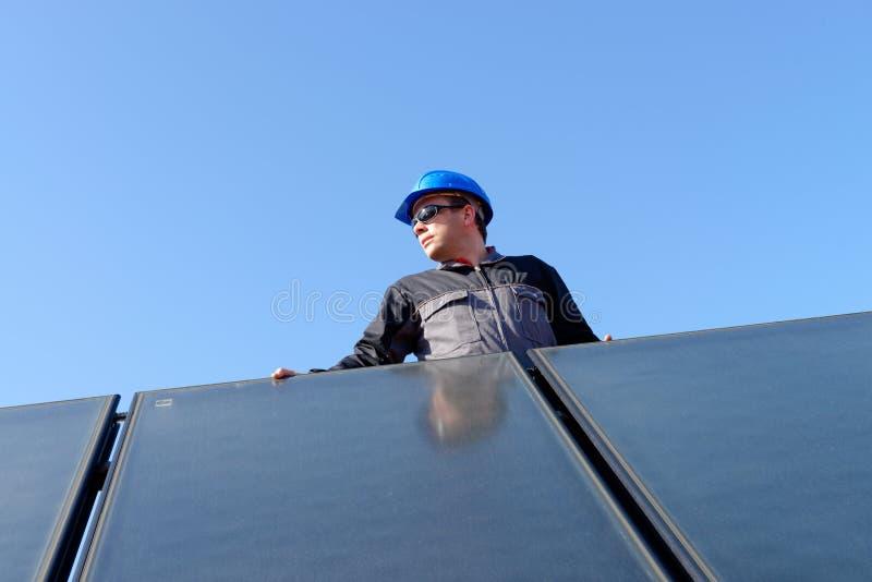 Άτομο που εγκαθιστά τις φωτοβολταϊκές επιτροπές ηλιακής ενέργειας στοκ φωτογραφία με δικαίωμα ελεύθερης χρήσης