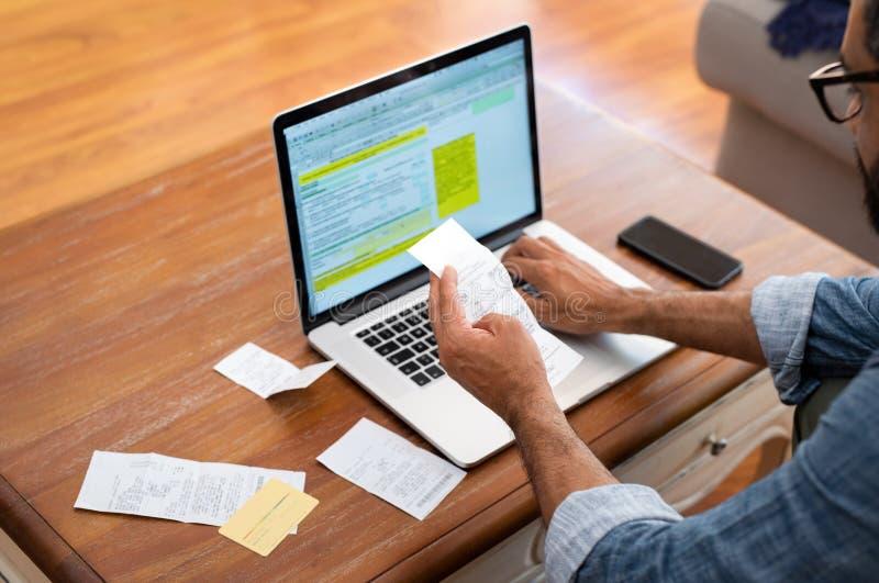 Άτομο που ελέγχει τους λογαριασμούς στο σπίτι στοκ φωτογραφία