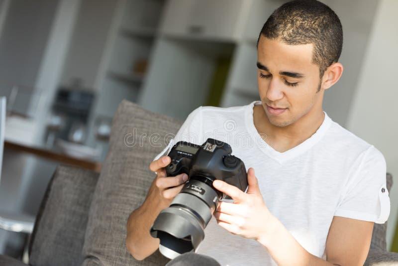 Άτομο που εξετάζει την οθόνη καμερών στοκ εικόνες