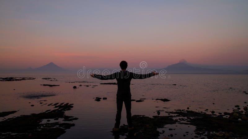 Άτομο που εξετάζει το ηφαίστειο Calbuco σε Frutillar, Χιλή στοκ εικόνα