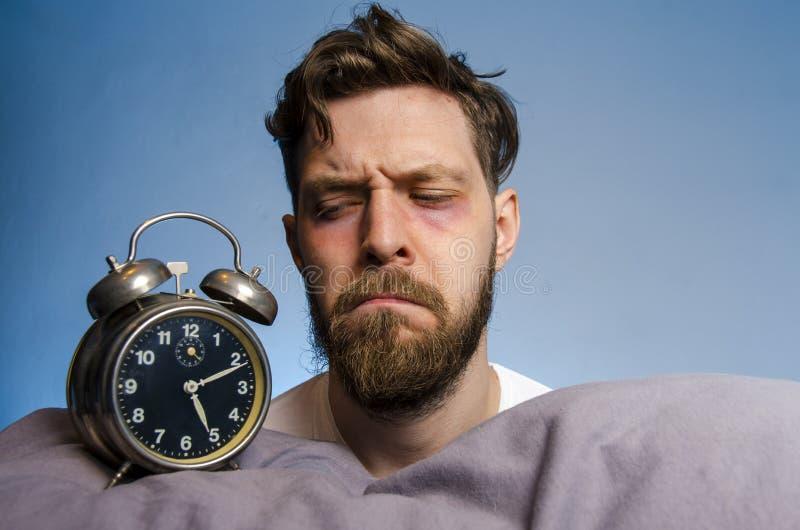 Άτομο που εξετάζει το ξυπνητήρι στοκ εικόνες
