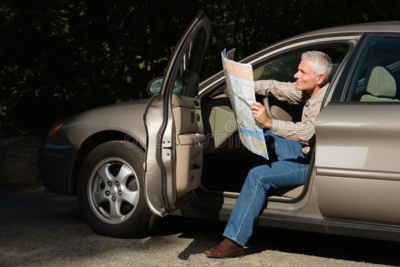 Άτομο που εξετάζει το χάρτη στοκ εικόνα