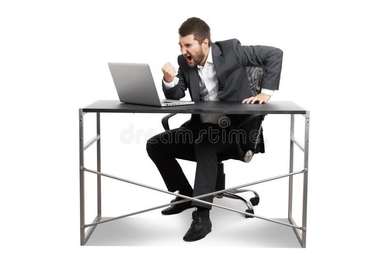 Άτομο που εξετάζει το lap-top και που παρουσιάζει πυγμή στοκ εικόνα