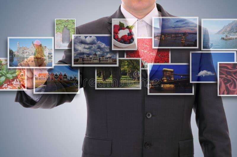 Άτομο που επιλέγει μια από τις εικόνες στοκ εικόνα με δικαίωμα ελεύθερης χρήσης