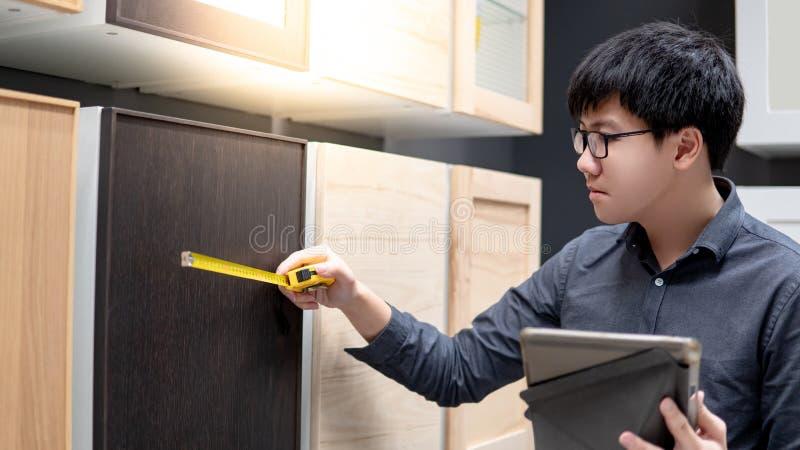 Άτομο που επιλέγει το υλικό γραφείων στο κατάστημα επίπλων στοκ φωτογραφία με δικαίωμα ελεύθερης χρήσης