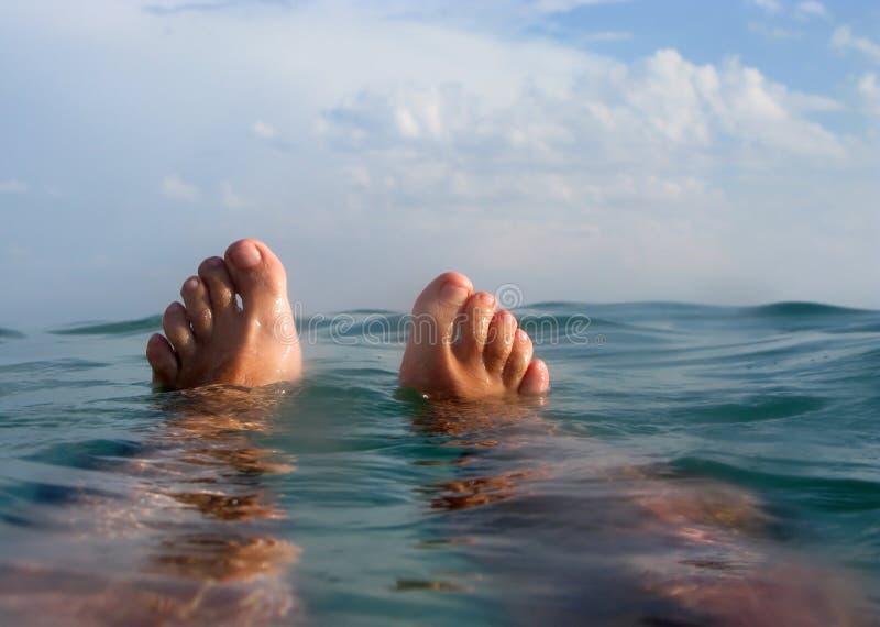 Άτομο που επιπλέει στην παραλία στις διακοπές στοκ εικόνες