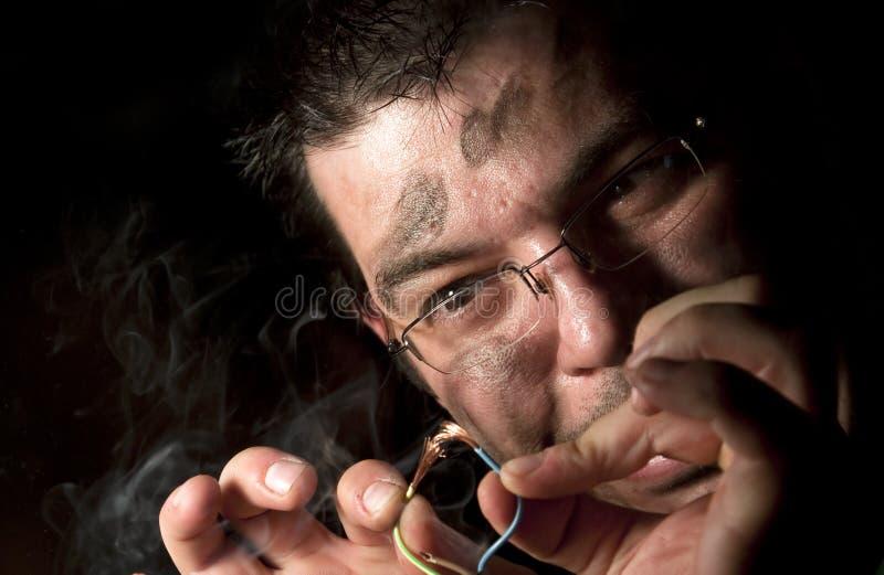 Άτομο που επισκευάζει τον υπολογιστή στην πυρκαγιά στοκ φωτογραφία με δικαίωμα ελεύθερης χρήσης