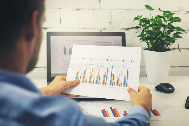 άτομο που εργάζεται με τα στοιχεία στατιστικών επιχειρήσεων στοκ φωτογραφία με δικαίωμα ελεύθερης χρήσης
