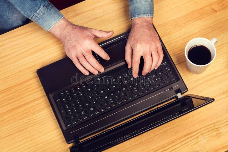 Άτομο που εργάζεται με το lap-top του στοκ φωτογραφίες με δικαίωμα ελεύθερης χρήσης