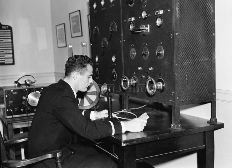 Άτομο που εργάζεται σε ένα ραδιόφωνο (όλα τα πρόσωπα που απεικονίζονται δεν ζουν περισσότερο και κανένα κτήμα δεν υπάρχει Εξουσιο στοκ φωτογραφία με δικαίωμα ελεύθερης χρήσης