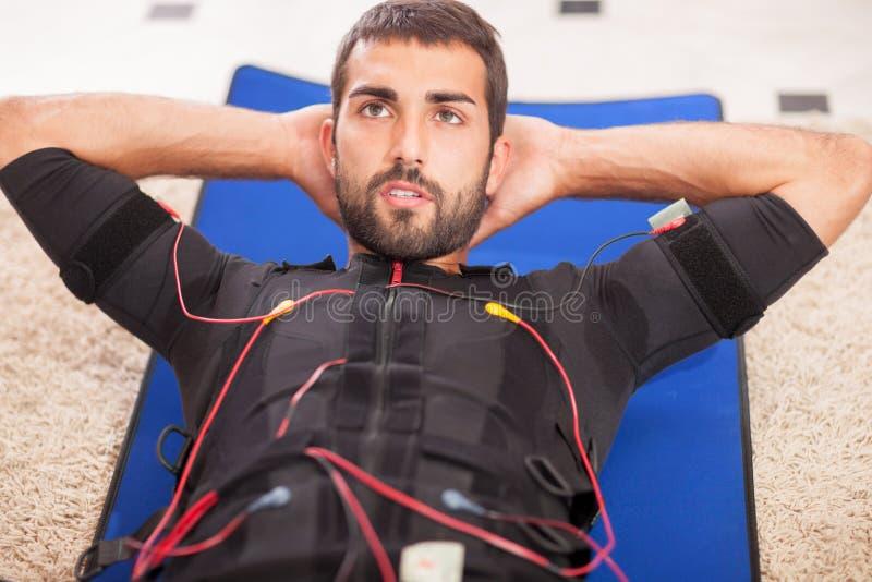 Άτομο που εργάζεται στην ηλεκτρο μυϊκή μηχανή υποκίνησης στοκ φωτογραφίες