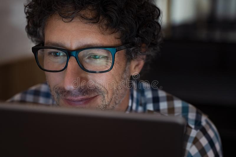 Άτομο που εργάζεται στην ταμπλέτα τη νύχτα στοκ φωτογραφίες με δικαίωμα ελεύθερης χρήσης