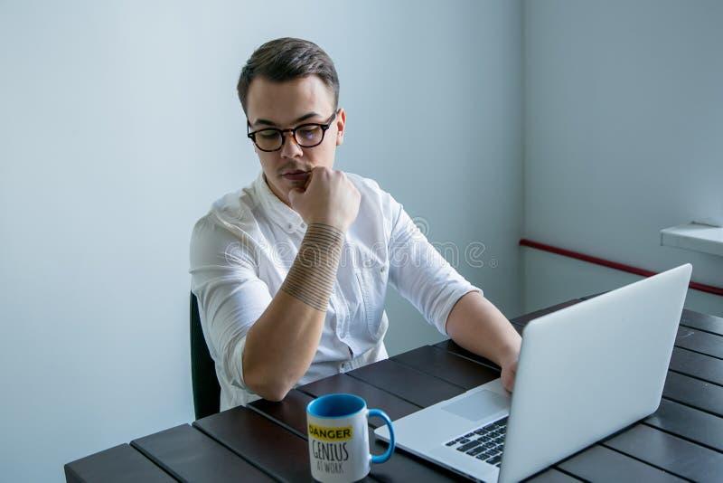 Άτομο που εργάζεται στο γραφείο στοκ φωτογραφία με δικαίωμα ελεύθερης χρήσης