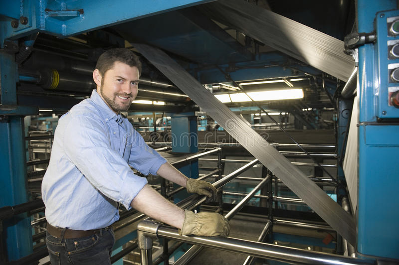 Άτομο που εργάζεται στο εργοστάσιο εφημερίδων στοκ φωτογραφία με δικαίωμα ελεύθερης χρήσης
