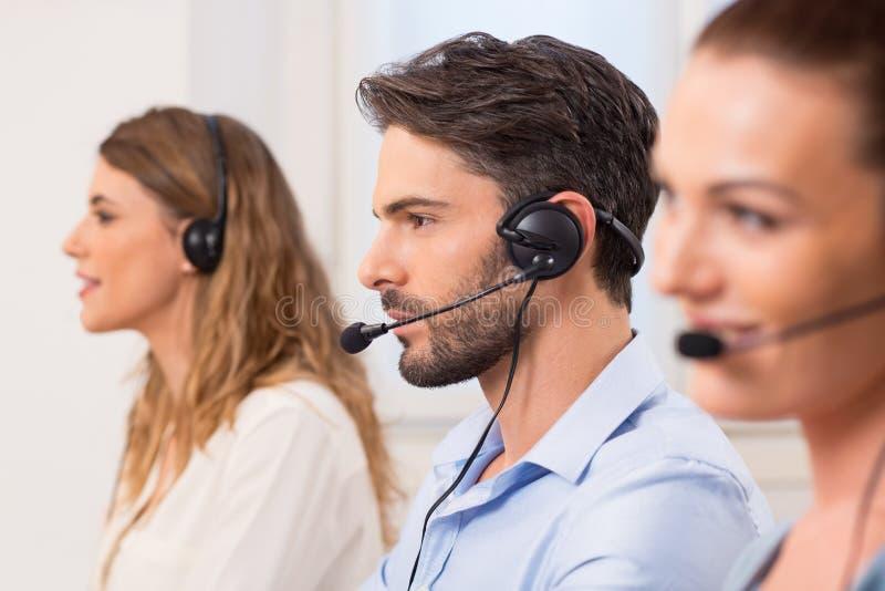 Άτομο που εργάζεται στο τηλεφωνικό κέντρο στοκ εικόνα