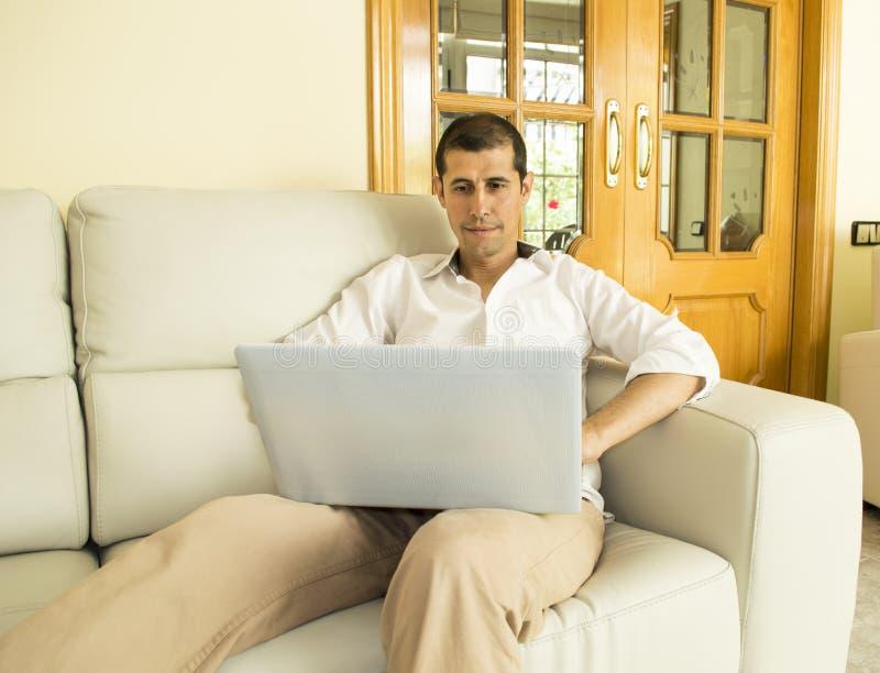 Άτομο που εργάζεται στο φορητό προσωπικό υπολογιστή στοκ φωτογραφίες με δικαίωμα ελεύθερης χρήσης