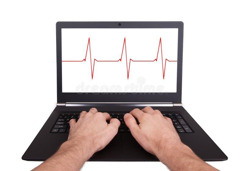 Άτομο που εργάζεται στο lap-top, κτύπος της καρδιάς στοκ εικόνες
