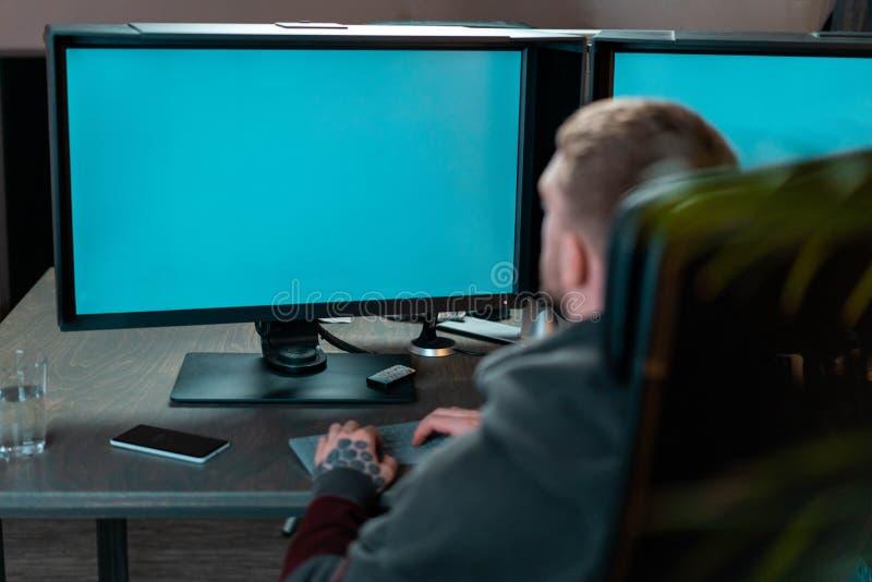 Άτομο που εργάζεται στο PC με τα κενά όργανα ελέγχου Σύγχρονη θέση εργασίας του σχεδιαστή, ζωγράφος, φωτογράφος, freelancer στοκ φωτογραφίες με δικαίωμα ελεύθερης χρήσης