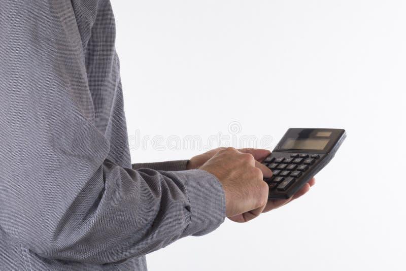 Άτομο που κάνει έναν υπολογισμό σε έναν φορητό υπολογιστή στοκ φωτογραφία