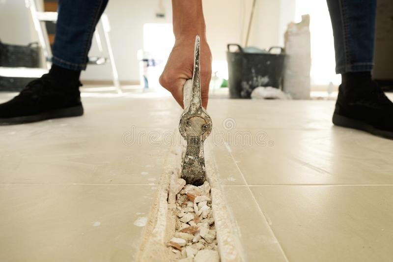 Άτομο που κάνει ένα αυλάκι σε ένα κεραμωμένο πάτωμα στοκ εικόνα με δικαίωμα ελεύθερης χρήσης