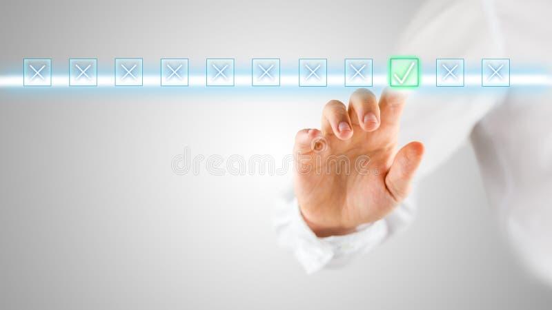Άτομο που κάνει μια αξιολόγηση ή μια αξιολόγηση on-line στοκ φωτογραφία με δικαίωμα ελεύθερης χρήσης