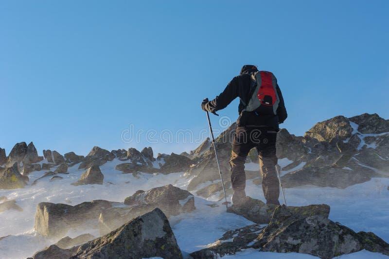 Άτομο που κάνει μια οδοιπορία υψηλή στα βουνά στην Πολωνία στοκ φωτογραφία