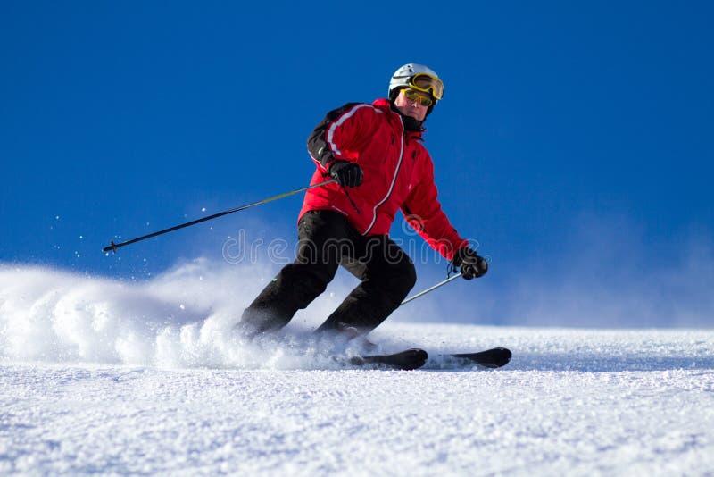 Άτομο που κάνει σκι στην κλίση σκι στοκ φωτογραφία