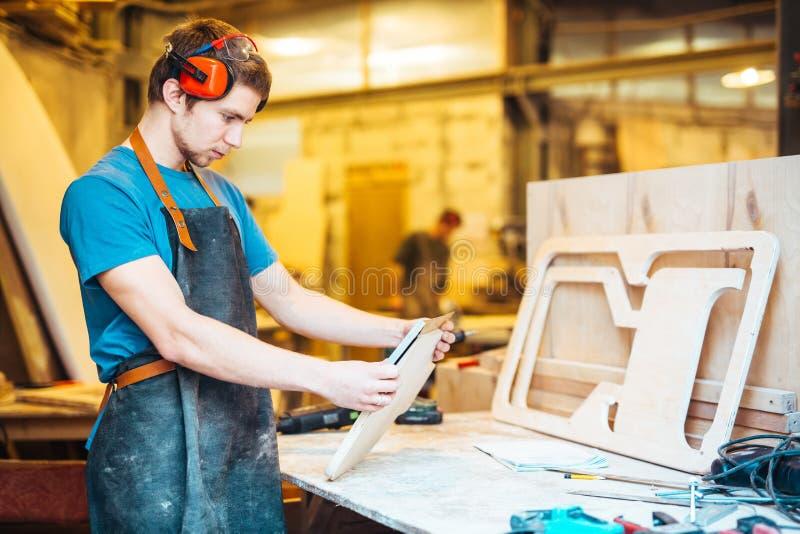 Άτομο που κάνει τα ξύλινα έπιπλα το κατάστημα στοκ εικόνα με δικαίωμα ελεύθερης χρήσης