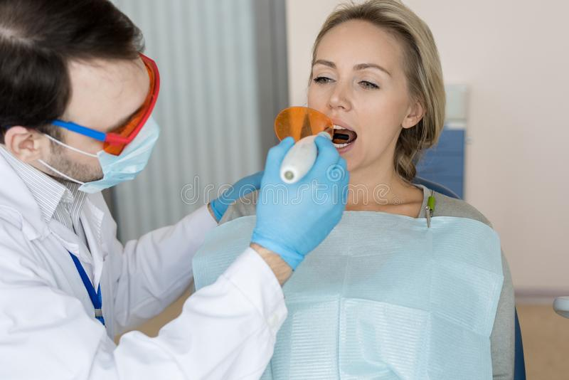 Άτομο που κάνει την πλήρωση δοντιών στοκ φωτογραφία