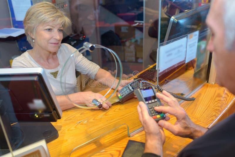 Άτομο που κάνει την πληρωμή καρτών στο θάλαμο εισιτηρίων στοκ εικόνες με δικαίωμα ελεύθερης χρήσης