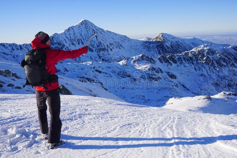 Άτομο που κάνει τη χειμερινή οδοιπορία στα βουνά στοκ εικόνα