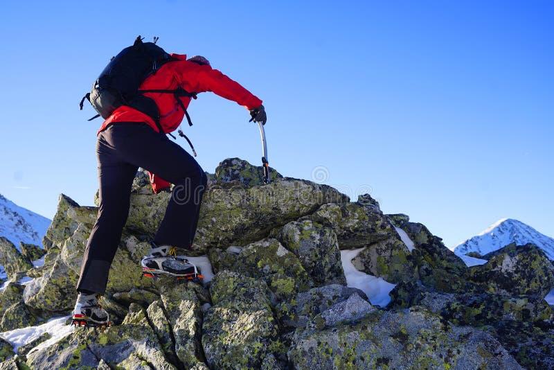 Άτομο που κάνει τη χειμερινή οδοιπορία στα βουνά στοκ φωτογραφία