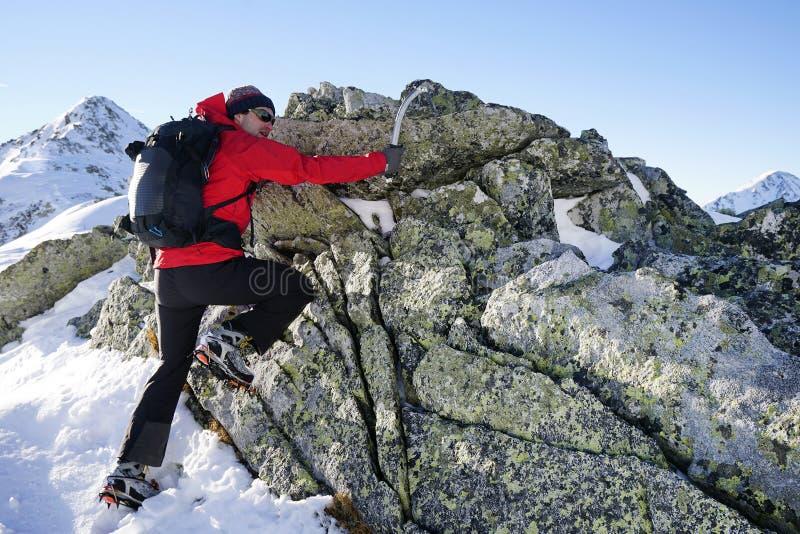 Άτομο που κάνει τη χειμερινή οδοιπορία στα βουνά στοκ φωτογραφίες