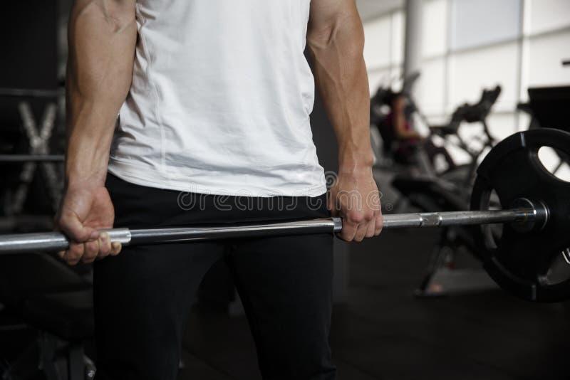 Άτομο που κάνει deadlift την κατάρτιση στη γυμναστική Χέρι κινηματογραφήσεων σε πρώτο πλάνο στοκ εικόνα