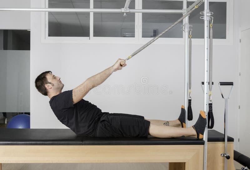 Άτομο που κάνει pilates στο cadillac στοκ εικόνα