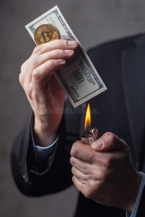 Άτομο που καίει τη σημείωση εκατό δολαρίων στοκ εικόνες με δικαίωμα ελεύθερης χρήσης
