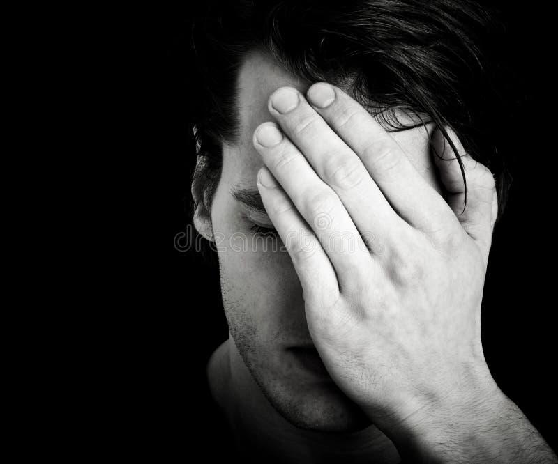 Άτομο που καλύπτει το πρόσωπο με το χέρι στοκ εικόνες