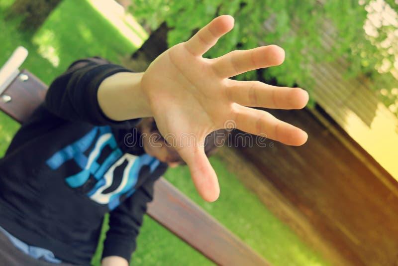 Άτομο που καλύπτει το πρόσωπό του ενάντια στο φωτογράφο καμερών στοκ φωτογραφίες με δικαίωμα ελεύθερης χρήσης