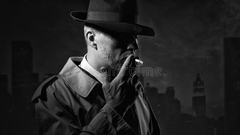 Άτομο που καπνίζει ένα τσιγάρο στοκ φωτογραφίες με δικαίωμα ελεύθερης χρήσης
