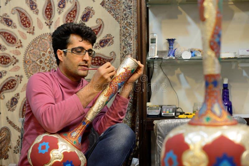 Άτομο που κατασκευάζει το παραδοσιακό ιρανικό βάζο, Ιράν στοκ εικόνες