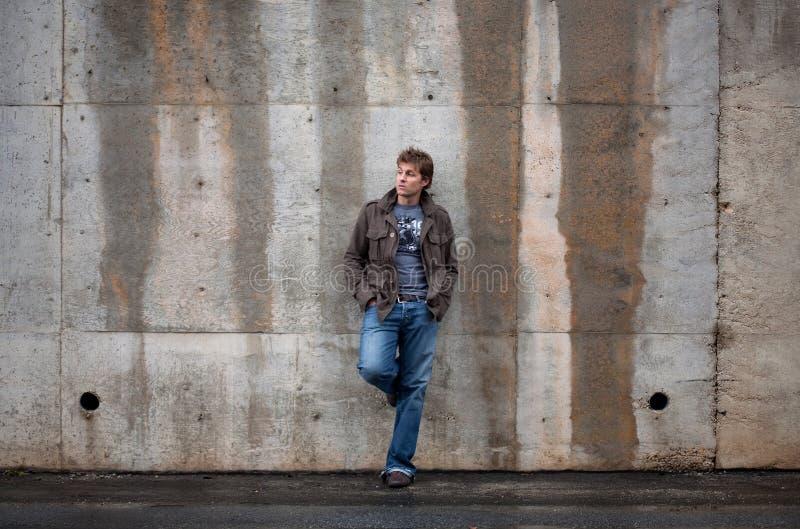 Άτομο που κλίνει ενάντια στον τοίχο στοκ εικόνα με δικαίωμα ελεύθερης χρήσης