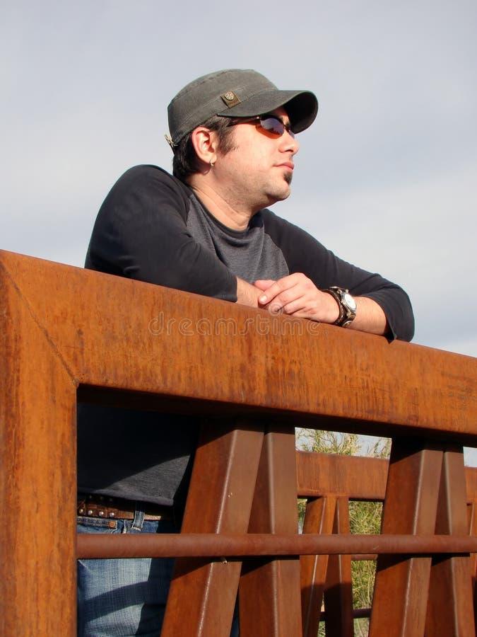 Άτομο που κοιτάζει από τη γέφυρα στοκ εικόνες με δικαίωμα ελεύθερης χρήσης