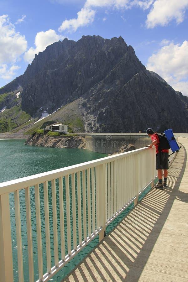 Άτομο που κοιτάζει κάτω στο τεχνητό lunersee λιμνών στοκ εικόνα με δικαίωμα ελεύθερης χρήσης