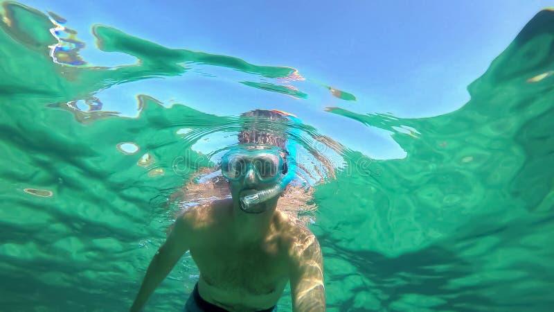Άτομο που κολυμπά με αναπνευτήρα στο τυρκουάζ νερό της Σαρδηνίας στοκ εικόνες με δικαίωμα ελεύθερης χρήσης