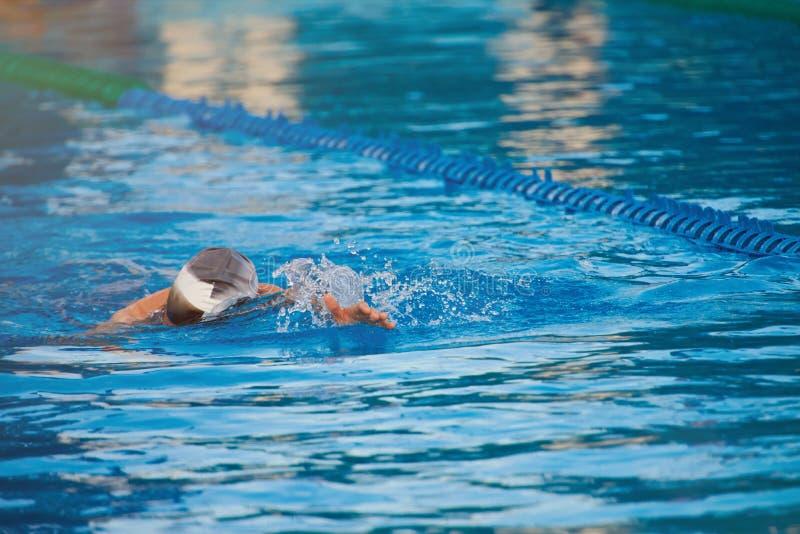 Άτομο που κολυμπά στο μπλε νερό λιμνών στοκ εικόνες με δικαίωμα ελεύθερης χρήσης