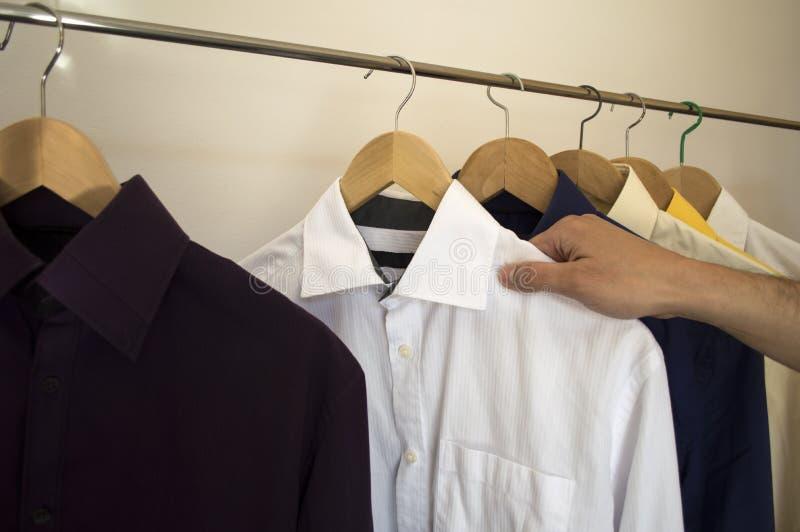 Άτομο που κρατά ένα πουκάμισο στοκ εικόνες με δικαίωμα ελεύθερης χρήσης